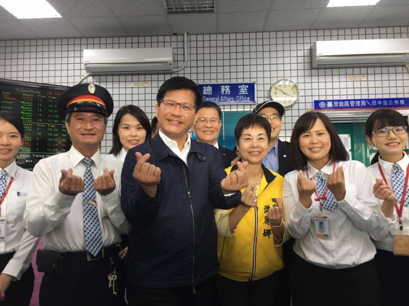 20200108-交通部長林佳龍8日視察台鐵田中站。(台鐵局提供)