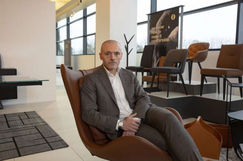 Calligaris公司52歲的首席執行長尤利亞納(Stefano Uliana)在公司位於曼扎諾(Manzano)的陳列室裡。(FRANCESCA VOLPI FOR THE WALL STREET JOURNAL)