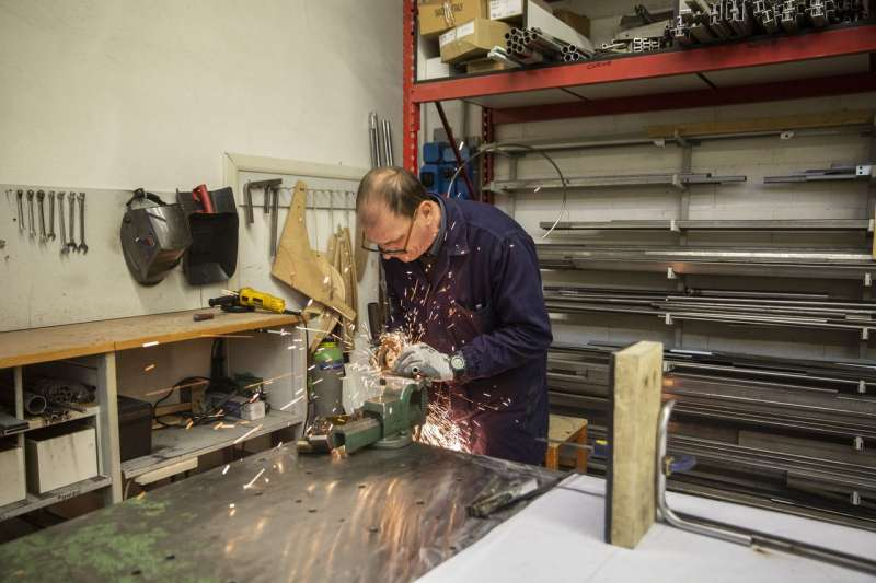 Calligaris公司員工在位於義大利曼扎諾的工廠製作椅子。(FRANCESCA VOLPI FOR THE WALL STREET JOURNAL)