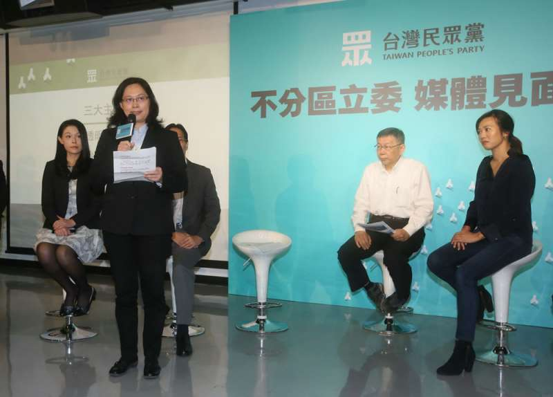 民眾黨不分區立委由賴香伶(左二)領軍,力衝民眾黨政黨票。(柯承惠攝)