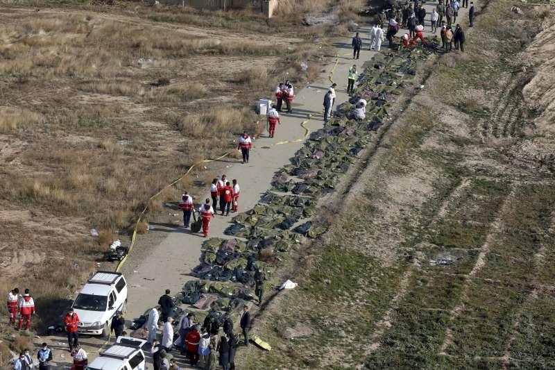 2020年1月8日,伊朗首都德黑蘭,一架波音737-800客機起飛後不久墜毀,乘客與機組員共176人全部罹難。(AP)