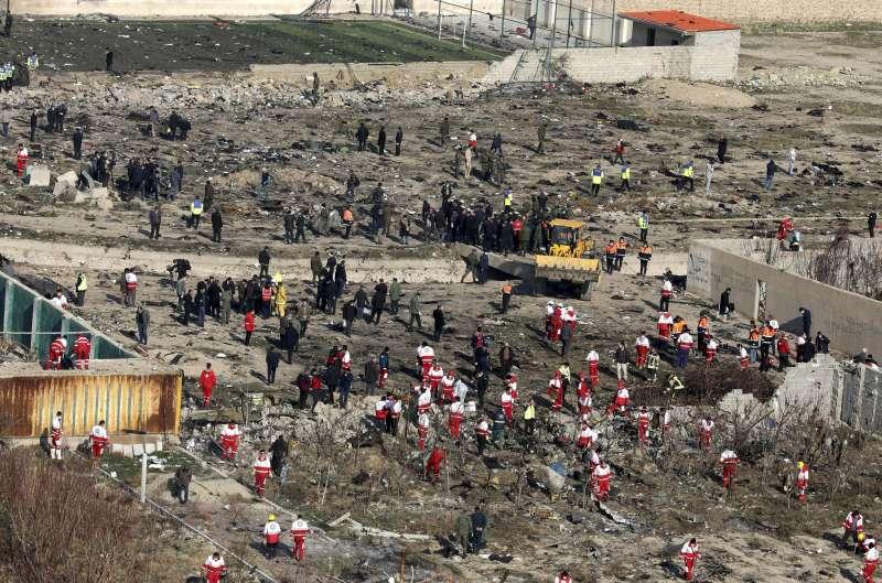 2020年1月8日,一架從伊朗德黑蘭起飛的波音737客機失事。飛機在空中解體、殘片四散各處。(AP)