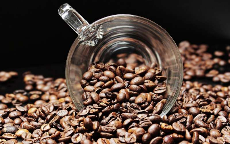 以Starbucks賣你一杯100元的咖啡來說,它的成本大概是20~30元之間。(圖/ pixabay)
