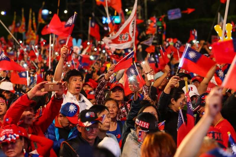 20200109-國民黨9日舉辦「台灣安全,人民有錢,凱道勝利晚會」,民眾熱情的揮舞著國旗。(顏麟宇攝)