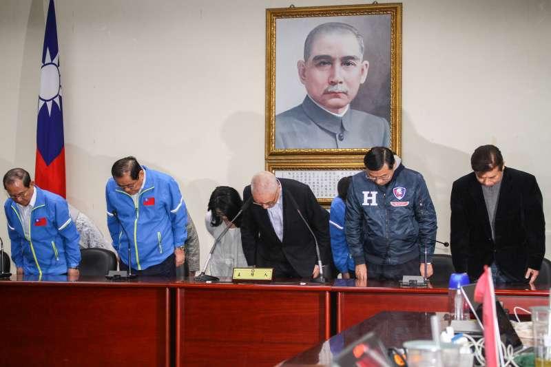 20200111-2020總統與立委大選,國民黨落敗,黨主席吳敦義率一級主管說明選舉結果,並鞠躬表達感謝。(蔡親傑攝)