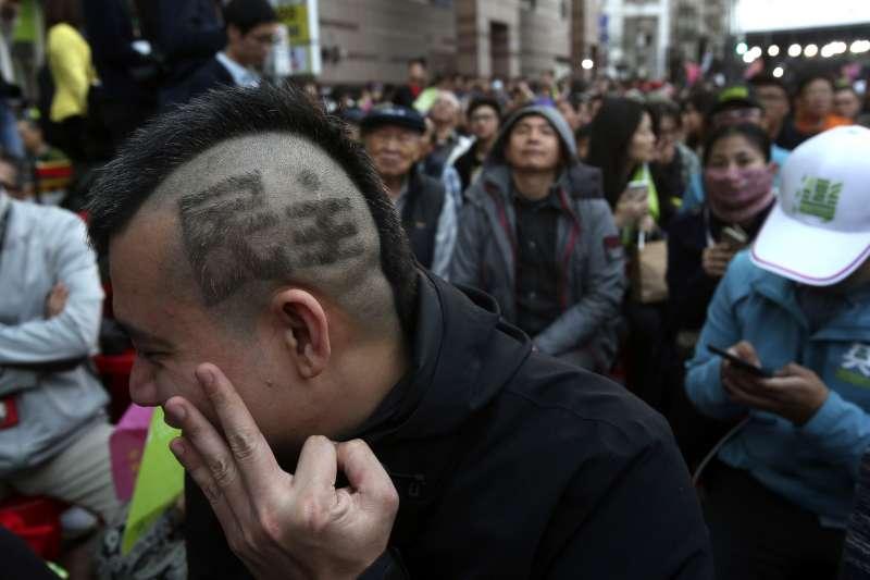 2020台灣大選:民進黨競選總部開票之夜,蔡英文支持者比出3號手勢。(AP)