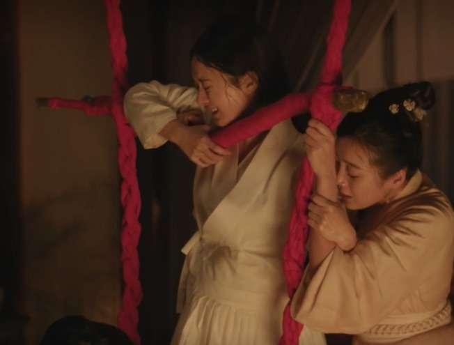 中國電視劇《知否知否應是綠肥紅瘦》裡,女主角明蘭立著身子、攀附橫木,咬牙費勁生下了胖兒子。這一幕讓許多劇迷揪緊了心,卻也疑惑:生產不是該躺在床上嗎?(圖/《知否知否應是綠肥紅瘦》)