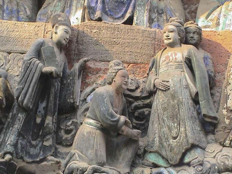 中國四川大足寶頂山的石刻,相傳由宋代僧人趙智鳳鑿建。其中,「臨產受苦恩」石像生動呈現古代婦女的生產場景,產婦以直立體位臨盆,助產者一人在背後抱腰,一人在前面準備接生(圖/李貞德)