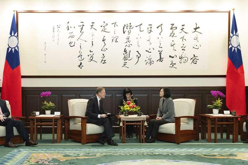 蔡英文總統與AIT處長酈英傑。(美聯社)
