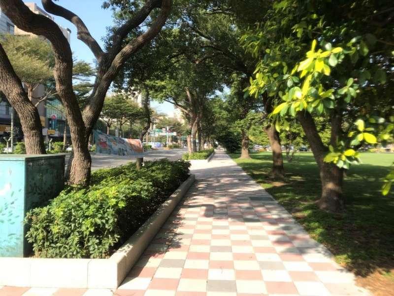 竹北市光明六路人行環境改善工程美觀的壓花步道,贏得金竹獎特優肯定。(圖/新竹縣政府提供)