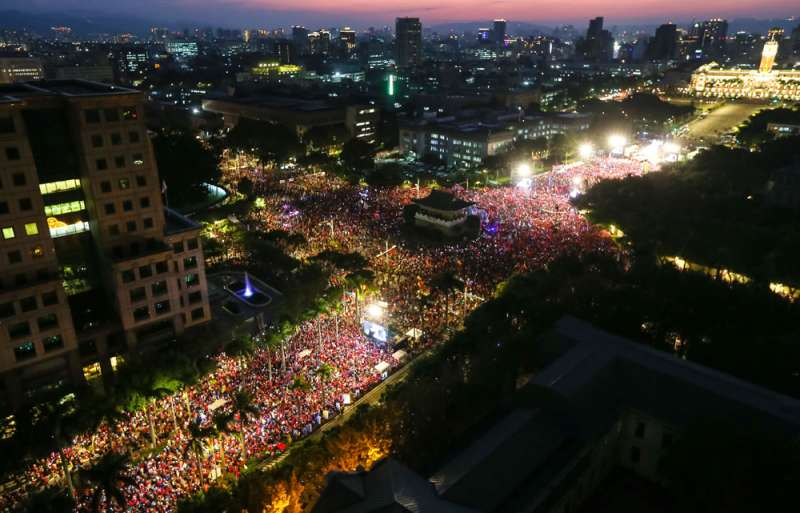 韓國瑜投票前二日的凱道造勢聲勢浩大,卻也嚇出小英的選票。(顏麟宇攝)