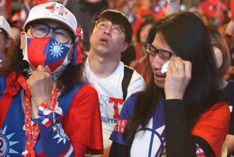 藍營總統、國會雙敗,支持者難過落淚。(柯承惠攝)