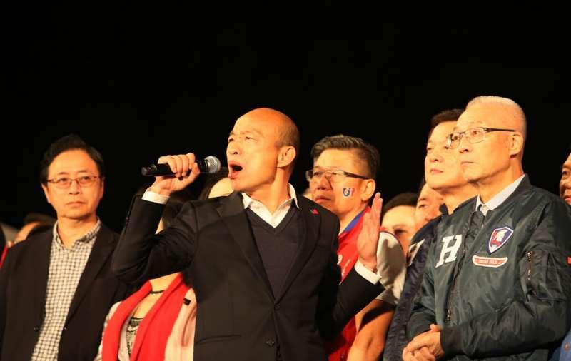 韓國瑜(中)和吳敦義(右)要對國民黨的慘敗負最多責任。(柯承惠攝)