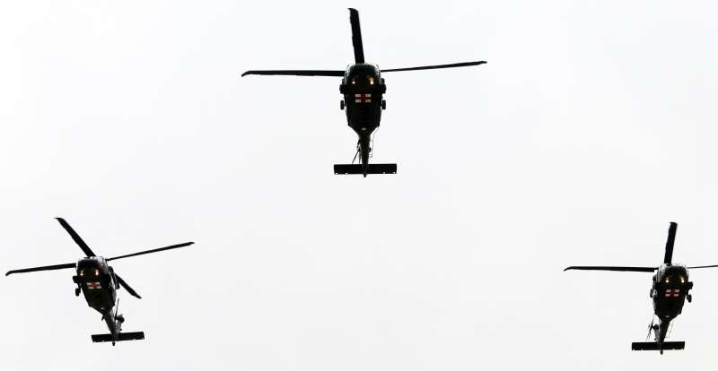 20200114-國防部在14日上午於空軍松指部舉行聯合公奠典禮,3架黑鷹直升機通過會場上空致敬殉職將士。(蘇仲泓攝)