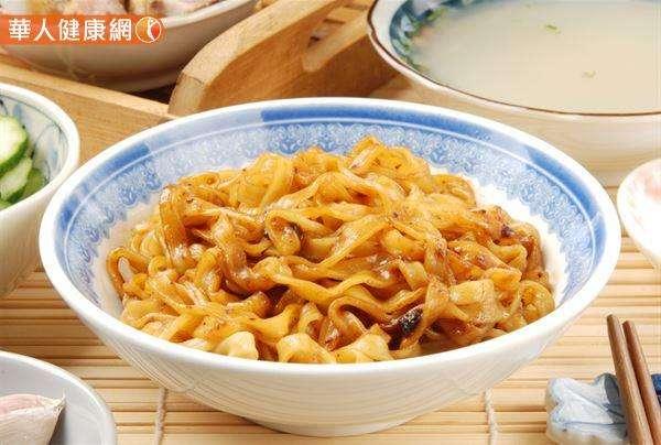 有不少熱愛重口味的朋友,每次吃麵攤時常會加入大量的辣油、辣椒醬、醬油膏來增添風味。但辣油、醬油膏、豆瓣醬等調味料,容易增加油脂和鈉的攝取。(圖/華人健康網提供)