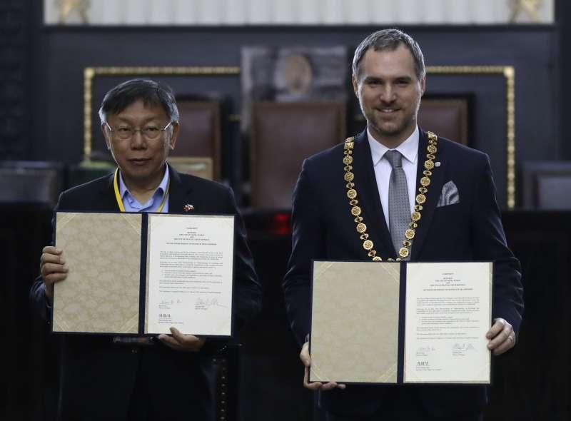 2020年1月13日,台北市長柯文哲與捷克布拉格市長賀吉普宣布兩市締結為姐妹市。(AP)