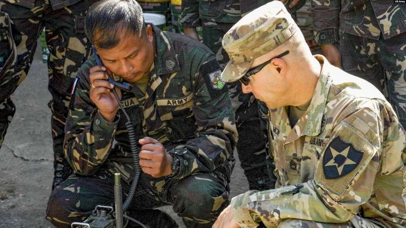 美國陸軍與菲律賓軍人交流(美國之音/美國陸軍2019年3月7日照片)