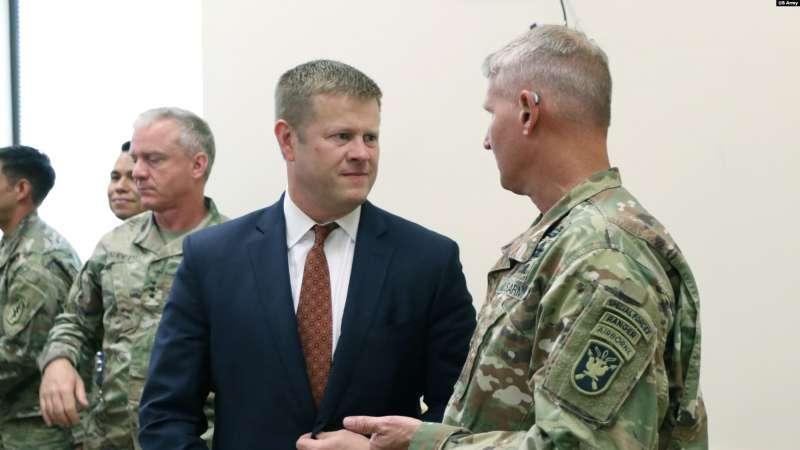 美國陸軍部長麥卡錫2019年8月13日訪問陸軍特種作戰中心(美國之音/美國陸軍照片)