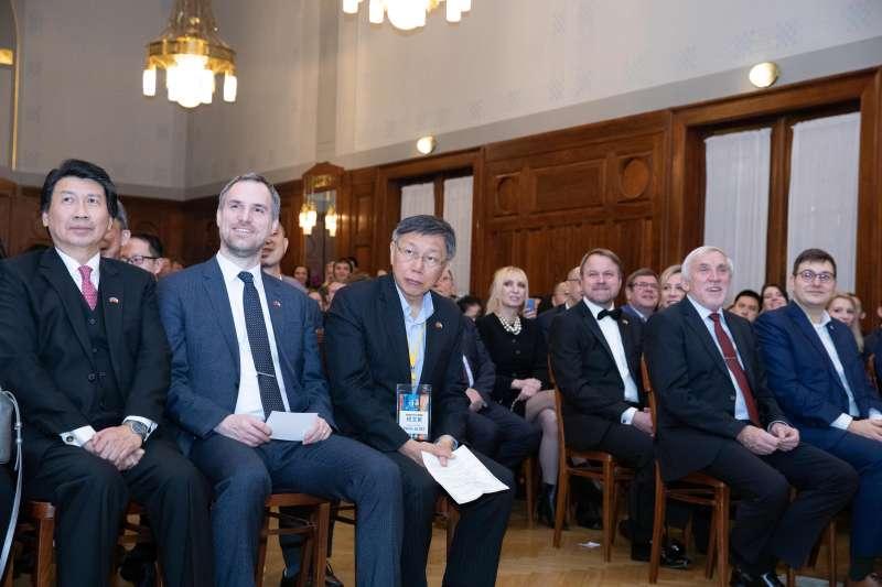 20200115-台北市長柯文哲出訪捷克,並與布拉格締結為姊妹市。柯文哲14日與布拉格市長賀瑞普(Zdenek Hrib)一同參加「台北之夜」,慶祝兩市締結為姊妺市。(台北市政府提供)