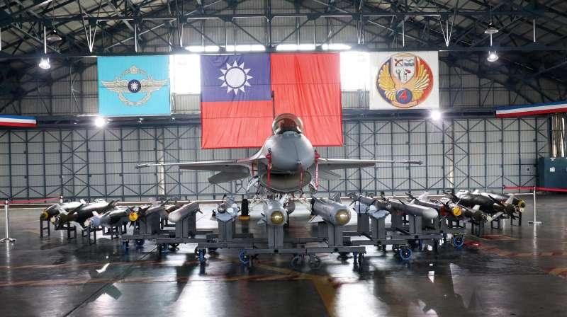 20200115-春節加強戰備巡弋,國防部15日於空軍嘉義第四聯隊現場展示「鳳展專案」執行的成果。圖為F-16V戰機。(蘇仲泓攝)
