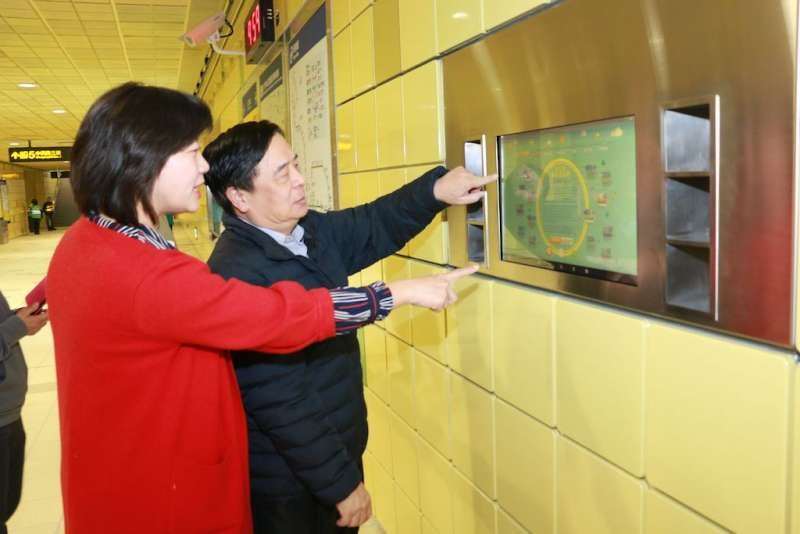 新北市議員陳儀君(左)與交通局長鍾鳴時體驗公共藝術導覽系統,中英文對照可輕鬆了解內容。(圖/李梅瑛攝)