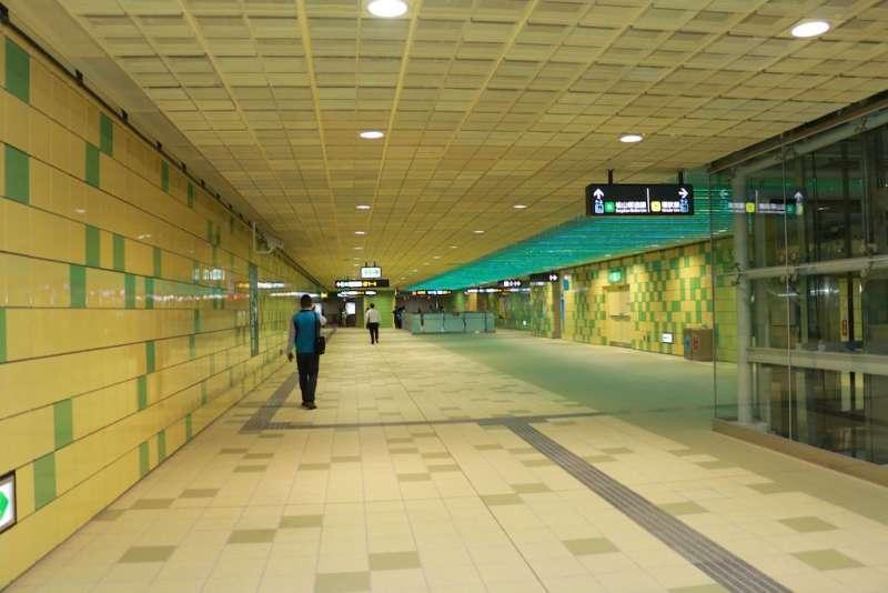 新北市政府特別在新北產業園區站,以及大坪林站、景安站及頭前庄站等4座轉乘站,設置「音樂通廊」,以「轉身」作為主題原創音樂,讓往返機場旅客享受一場音樂之旅。(圖/李梅瑛攝)