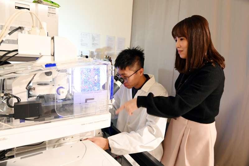 清華化工所博士生宋雲傑(左)在醫工所副教授陳韻晶指導下,研發癌症新療法。(圖/清華大學提供)