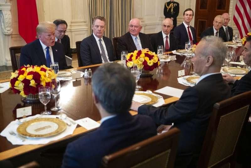 2020年1月15日,美國總統川普與中國國務院副總理劉鶴在白宮簽下《第一階段貿易協議》(AP)