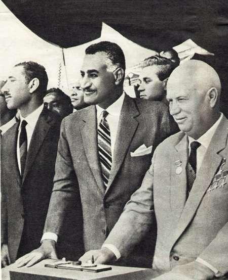 前埃及總統納瑟(中)與赫魯雪夫(右)。(取自維基百科)