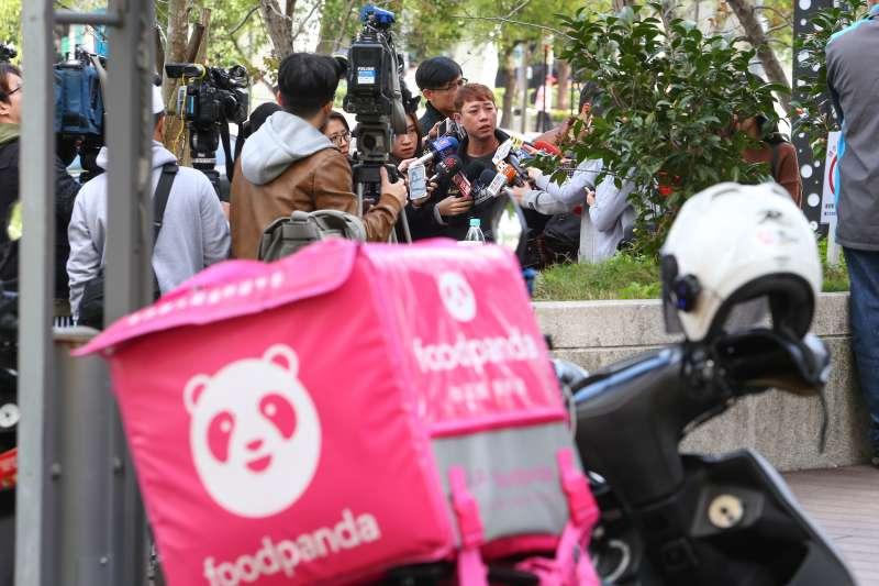 20200116-foodpanda北部外送員16日在內湖敬業三路集結罷送。(顏麟宇攝)