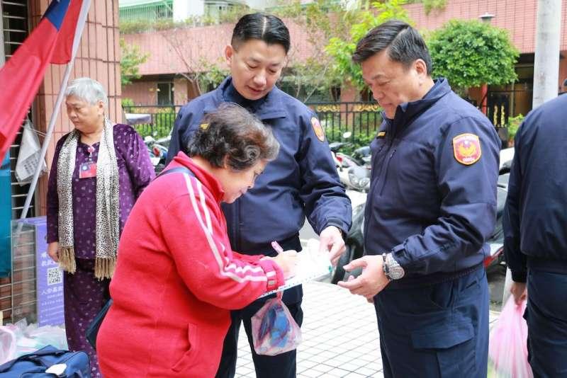 70歲的林女士很開心能在過年前能拿到這些愛心物資,幫助她減輕生活經濟壓力。(圖/李梅瑛攝)