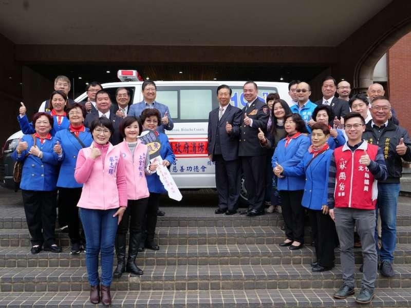 基隆天顯宮首次捐贈竹縣消防局第1部四輪驅動配備救護車。(圖/新竹縣政府提供)