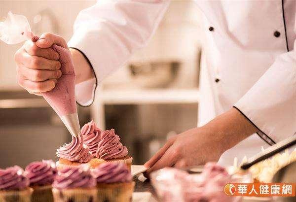 含糖食物吃多了會使人肥胖,脂肪細胞會持續分泌發炎激素,且肥胖又會增加關節壓力。(圖/華人健康網)