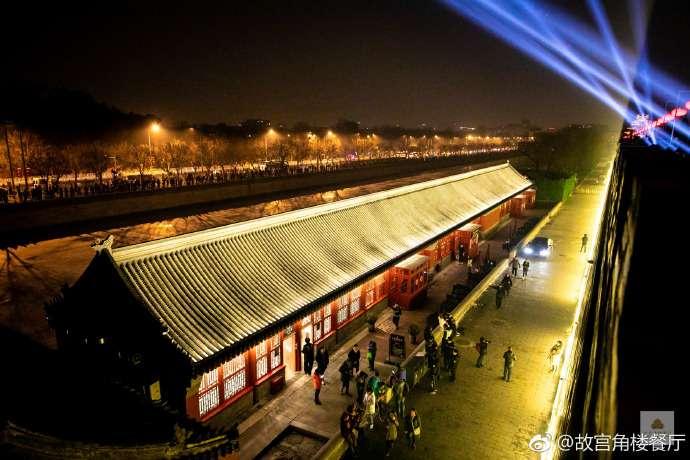 北京故宮近年積極發展文創IP,接連推出口紅、咖啡等網紅商品,並舉辦「紫禁城上元夜」等價格不斐的付費活動。(圖/ 角樓餐廳微博)
