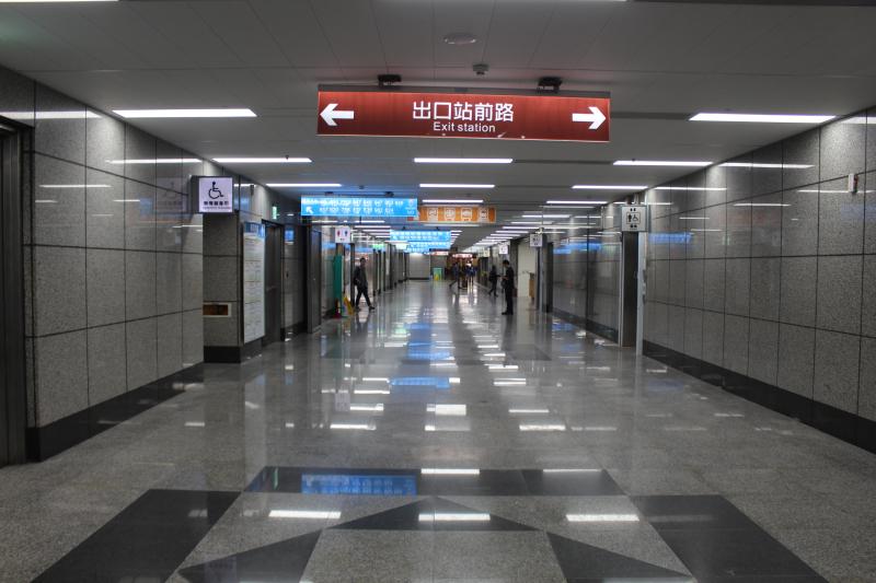 板橋火車站的公車站地下通道搭公車十分方便。(圖/維基百科)