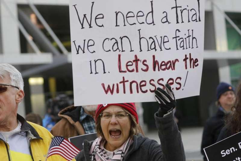 美國總統川普的彈劾審理16日正式展開,參議院100名議員進行宣誓擔任陪審員。場外抗議民眾要求公平審判川普。(AP)