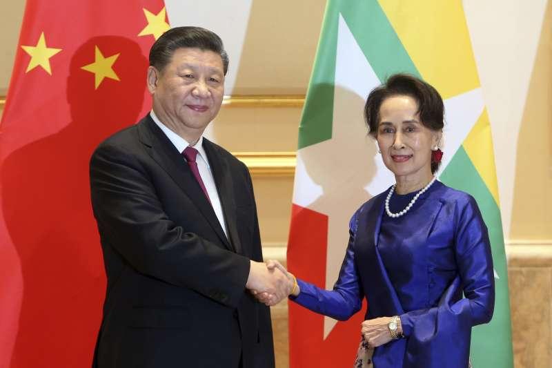 2020年1月17日,中國國家主席習近平抵達緬甸,進行為期兩天的訪問,與緬甸領導人翁山蘇姬合影。(AP)