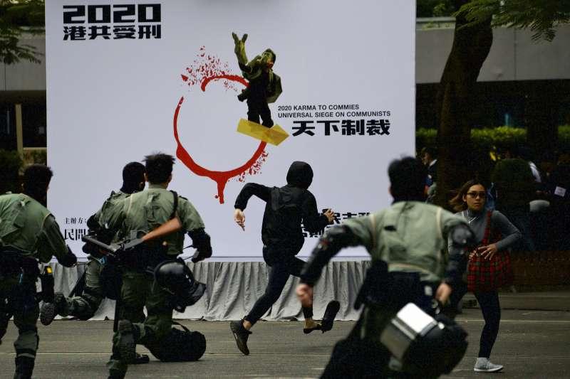 2020年1月19日,香港警方與示威者在「天下制裁」集會現場爆發衝突。(AP)