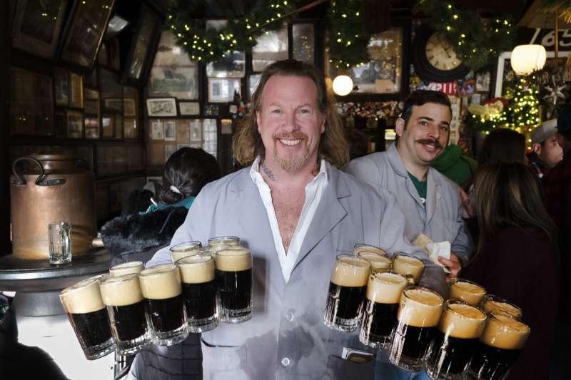 美國人的飲酒習慣,酒吧*飲酒過量有害健康(AP)