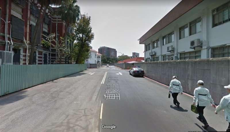 20200120-公賣酒外牆長年無法修繕的原因,是因為對街就是戒備森嚴總統官邸。圖左側是公賣局外牆、右側為總統官邸。(取自Google地圖)