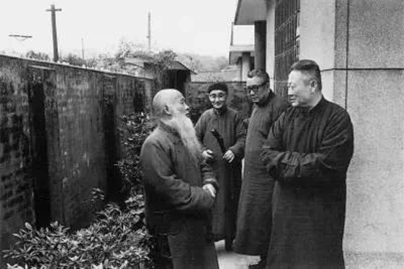 臺靜農(右二)與張大千(左一)、莊嚴(左二)。(海燕出版社)