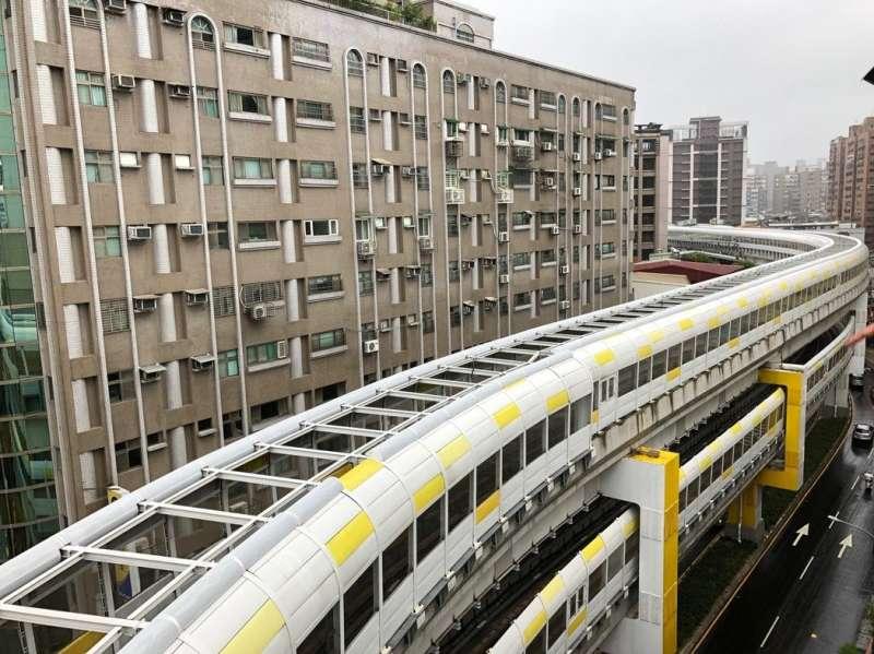 此次開通的新北捷運環狀線共14車站(地下1站,高架13站),全線採用中運量自動導軌系統營運。橫跨新店、中和、板橋及新莊4個行政區。(圖/ 三環六線進度公開專頁)