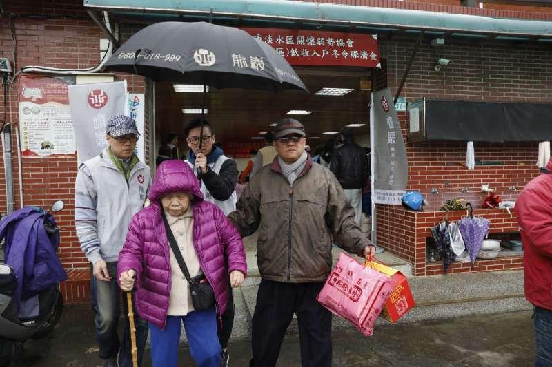 龍巖志工到場協助發放年節紅包、白米、醬油、米粉、麵條等物資,照顧當地長者與低收入戶家庭。(圖/龍巖提供)