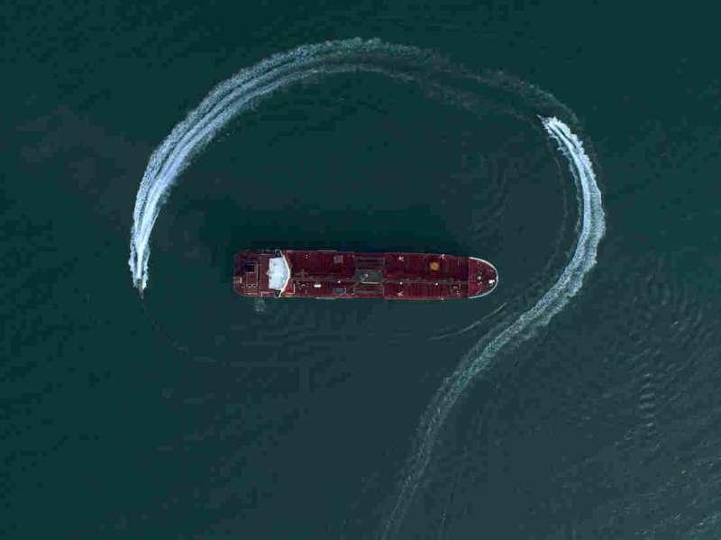 波斯灣戰雲密布,南韓派遣清海部隊前往波斯灣的荷莫茲海峽。圖為2019年7月21日,伊朗革命衛隊以快艇繞行英國油輪以示威嚇。(AP)