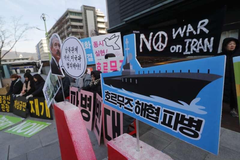 波斯灣戰雲密布,南韓派遣清海部隊前往波斯灣的荷莫茲海峽。圖為反對出兵的南韓抗議民眾高舉標語。(AP)