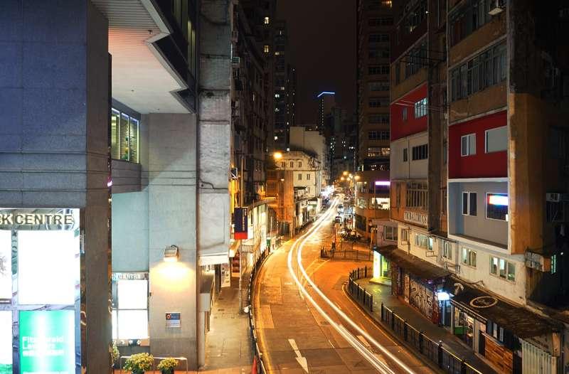 荷李活道夜景(取自維基百科由 Exploringlife, CC BY-SA 4.0, httpscommons.wikimedia.orgwindex.phpcurid=56981923)