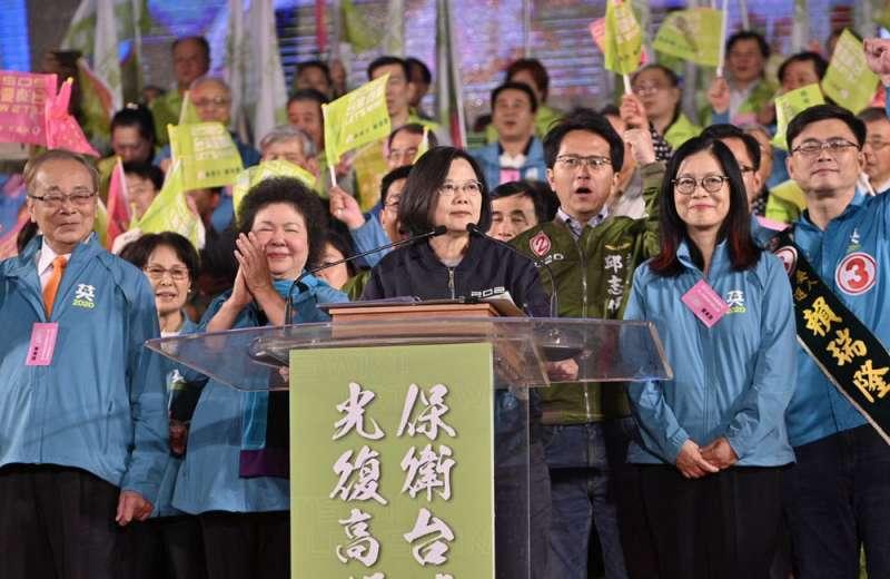 蔡英文(前)在支持同婚及抗中展現執政氣魄,獲年輕人認同,拉高投票率。(2020蔡英文高雄競選總部提供)
