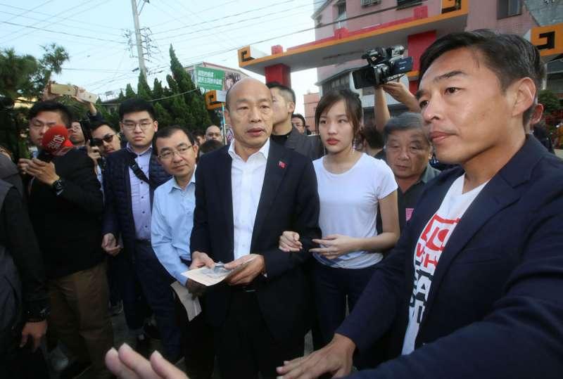 這次大選嘲諷韓國瑜(中)成為潮流,讓韓難獲年輕人喜愛。(柯承惠攝)
