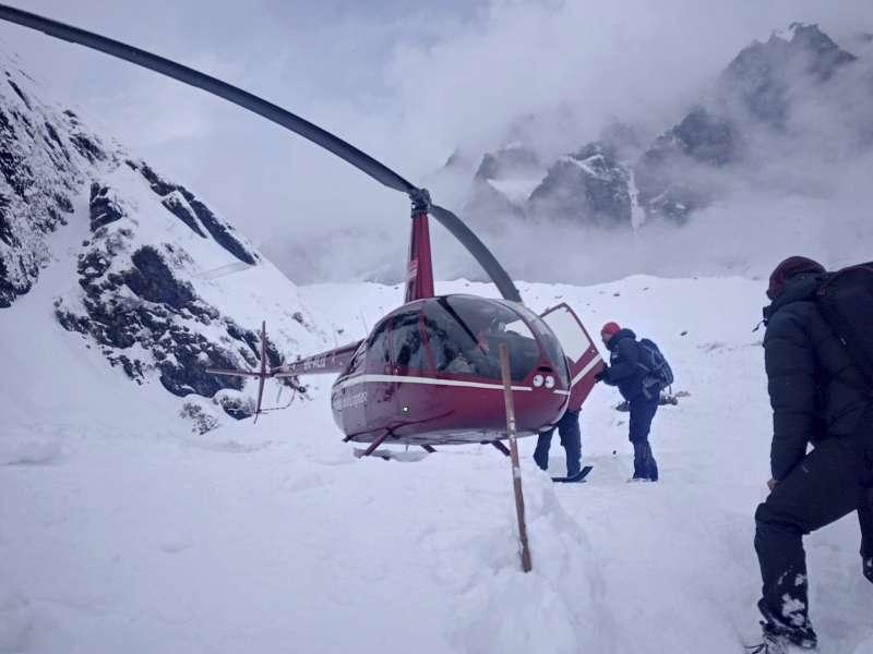 雪崩後,尼泊爾當局出動直升機疏散遭困登山客。(美聯社)