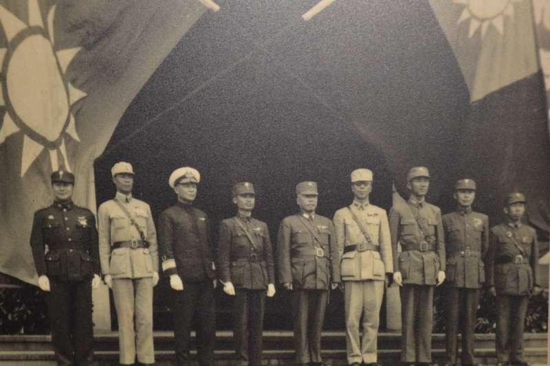 海軍對本省人才的培育工作,其實早自光復之初就已經開始,因為台籍海軍大多參與過太平洋戰爭,是不可多得的建軍人才。從左算起第三人,即為由陳紹寬委任,代表海軍收台灣的第2艦隊司令李世甲將軍。(取自國史館)